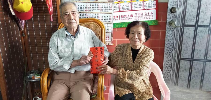 91歲花壇鄉民張萬字阿公(左)將自自己辛辛苦苦存下來的十萬元老本全部捐出來給彰化家扶中心幫助弱勢家扶兒。(謝瓊雲攝)