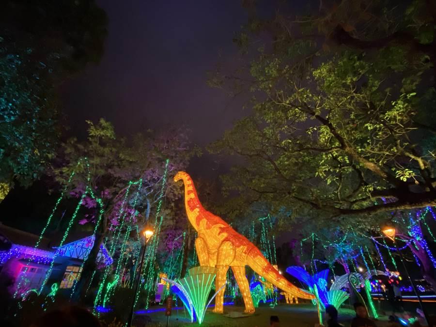 好像身在「侏儸紀世界」!台灣燈會動物狂歡嘉年華每半小時「動」起來。(盧金足攝)