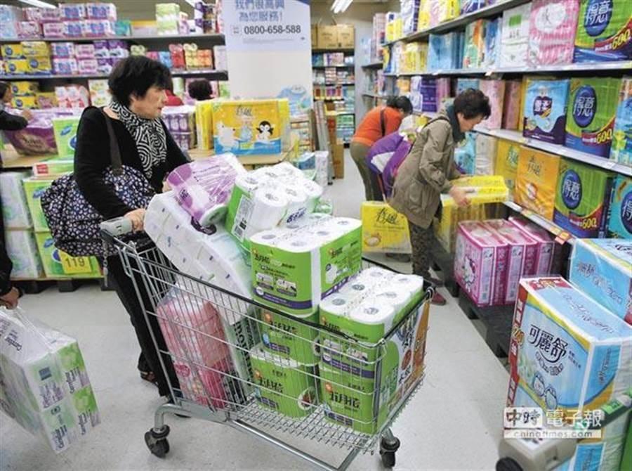 因網路謠言傳說紙漿原料短缺造成消費者恐慌,各大賣場衛生紙均被搶購一空。(本報資料照)