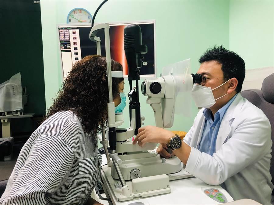 眼科醫師黃偉成(右)提醒,眼部結膜亦屬黏膜組織,可能成為冠狀病毒侵入人體的傳播途徑,呼籲民眾勤洗手,避免用手碰觸、搓揉眼睛,減少佩戴隱形眼鏡,若出現紅腫、癢等疑似結膜炎症狀,最好盡速就醫檢查。(謝瓊雲攝)
