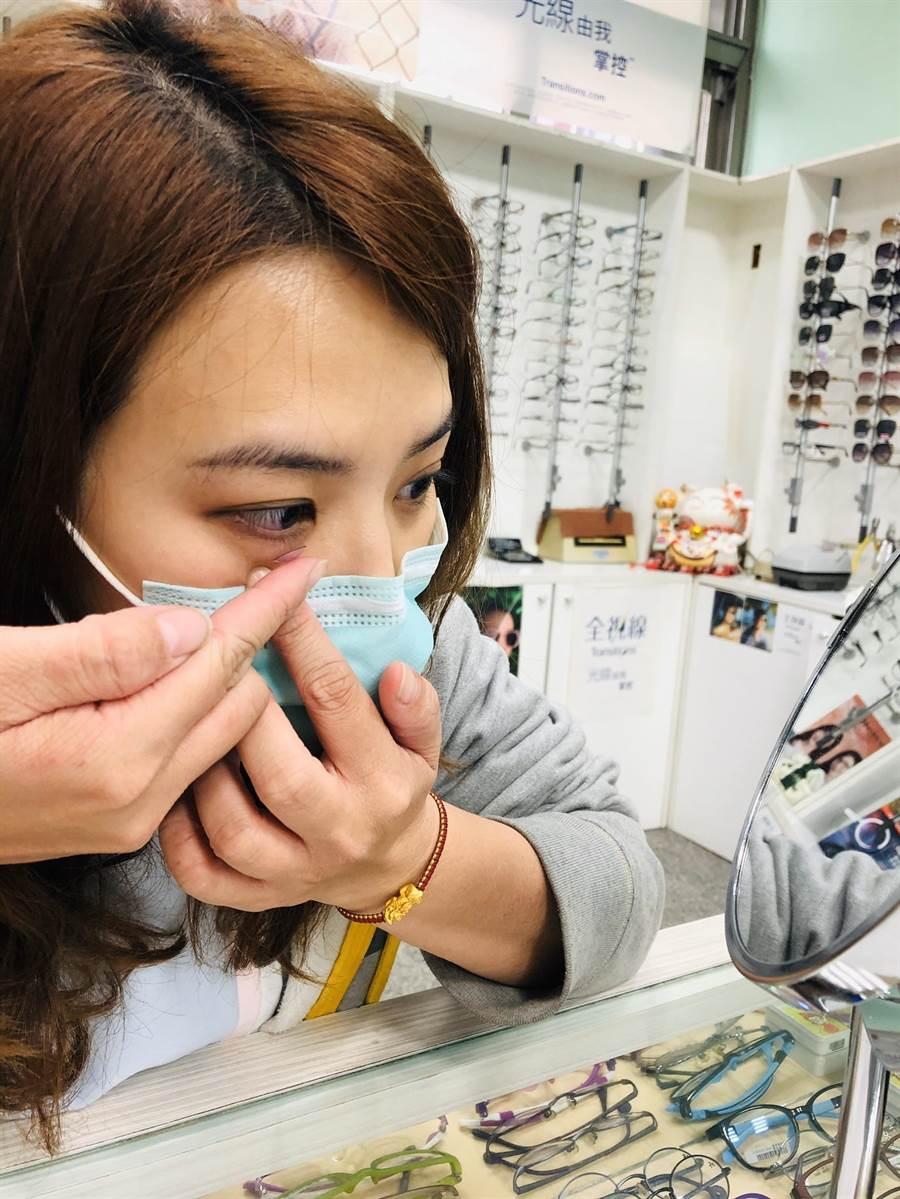 由於眼睛結膜亦屬黏膜組織,可能成為冠狀病毒侵入人體的傳播途徑,眼科醫師呼籲民眾勤洗手,避免用手碰觸、搓揉眼睛,減少佩戴隱形眼鏡,若出現紅腫、癢等疑似結膜炎症狀,最好盡速就醫檢查。(謝瓊雲攝)