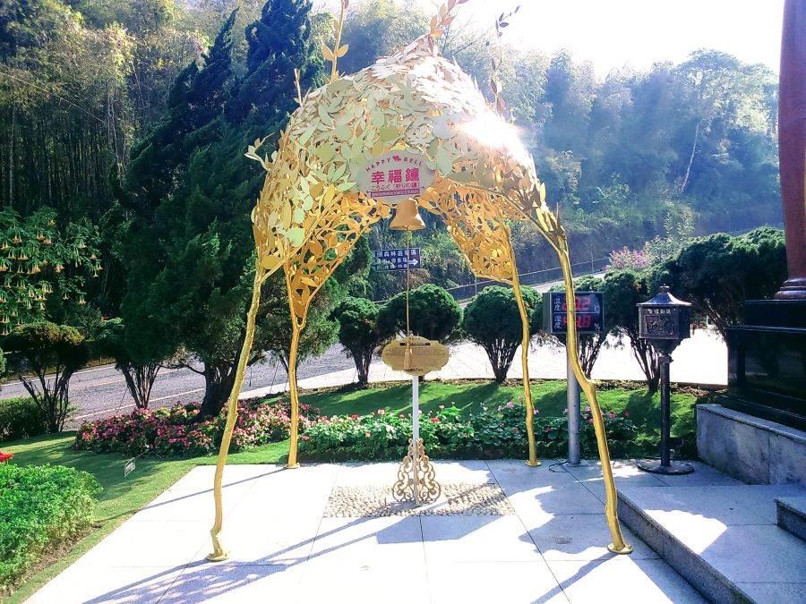 「溪頭米堤大飯店」門口的「幸福鐘」!歡迎大小朋友祈福求平安!