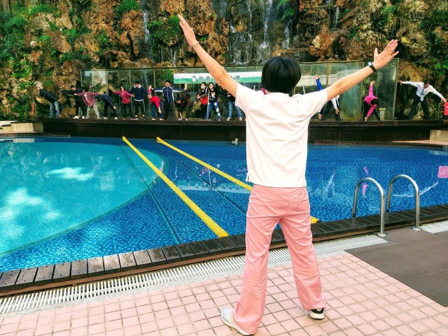 溪頭米堤大飯店邀請房客在山泉瀑布做操,吸收負離子,增加人體免疫力。