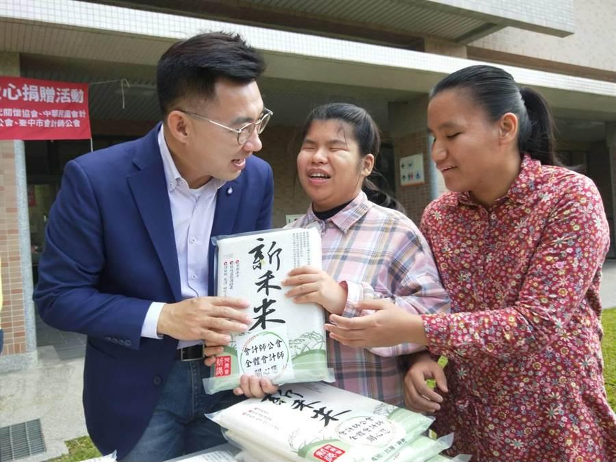 立委江啟臣(左)號召會計師公會等單位,15日捐贈白米給台中惠明盲校。(陳淑娥攝)