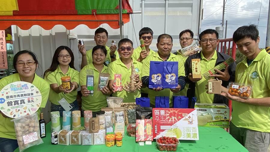 新冠肺炎疫情對農產行銷造成影響,台南市長黃偉哲也指示農業局透過農特產品展售會,增加青農銷售產品的機會。(莊曜聰攝)