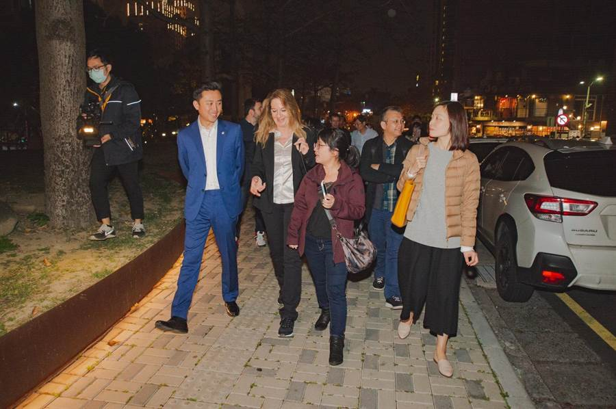 新竹市長林智堅(左二)日前帶領Birgit Zander顧問團隊,走訪新竹市舊城區,期望學習柏林燈會,打造讓城市說故事的藝術風格。(莊旻靜攝)