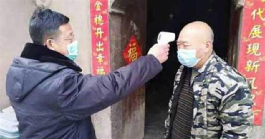 位於武漢的「林港村」嚴格控管人員進出,以防杜肺炎疫情。(圖/翻攝自北京青年報)