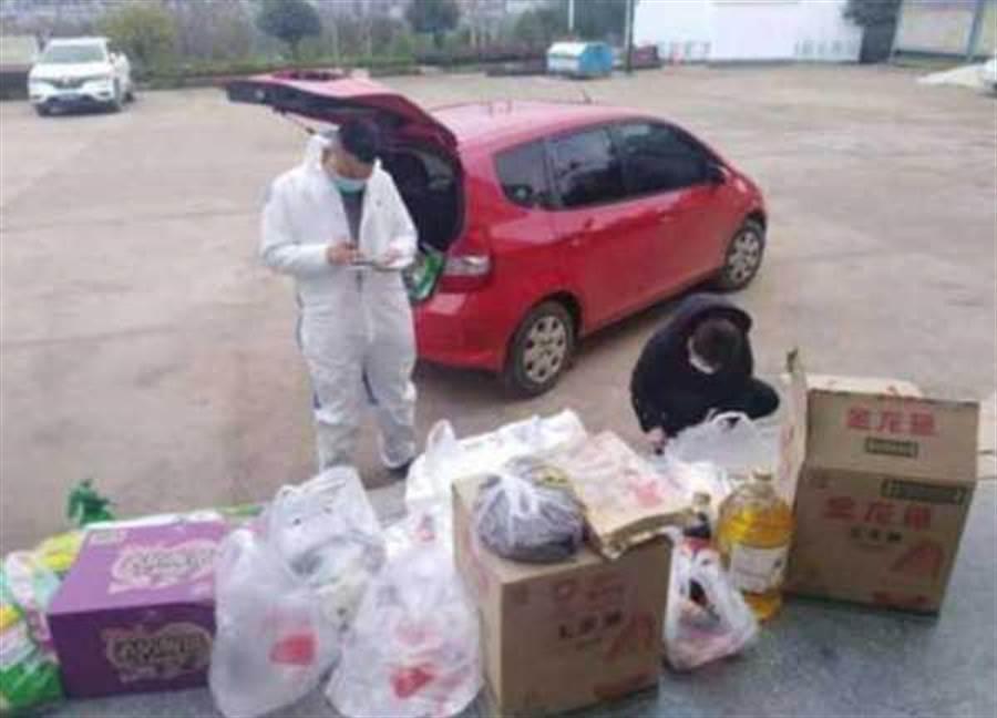 村幹部每日外出代購村民所需生活用品。(圖/翻攝北京青年報)