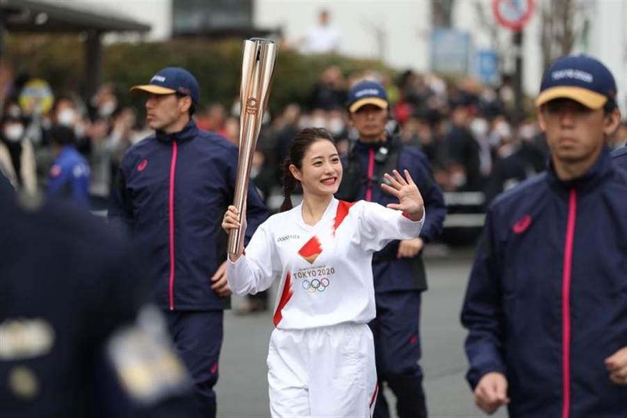東京奧組委15日在日本東京都羽村市舉行奧運會聖火接力綵排,女星石原聰美作為東奧聖火傳遞大使參加演練。(新華社照片)