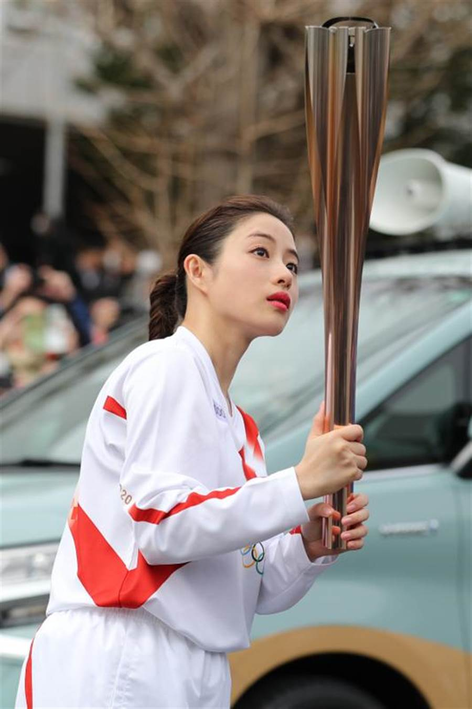 日本女星石原聰美是東京奧運會聖火傳遞大使。(新華社照片)