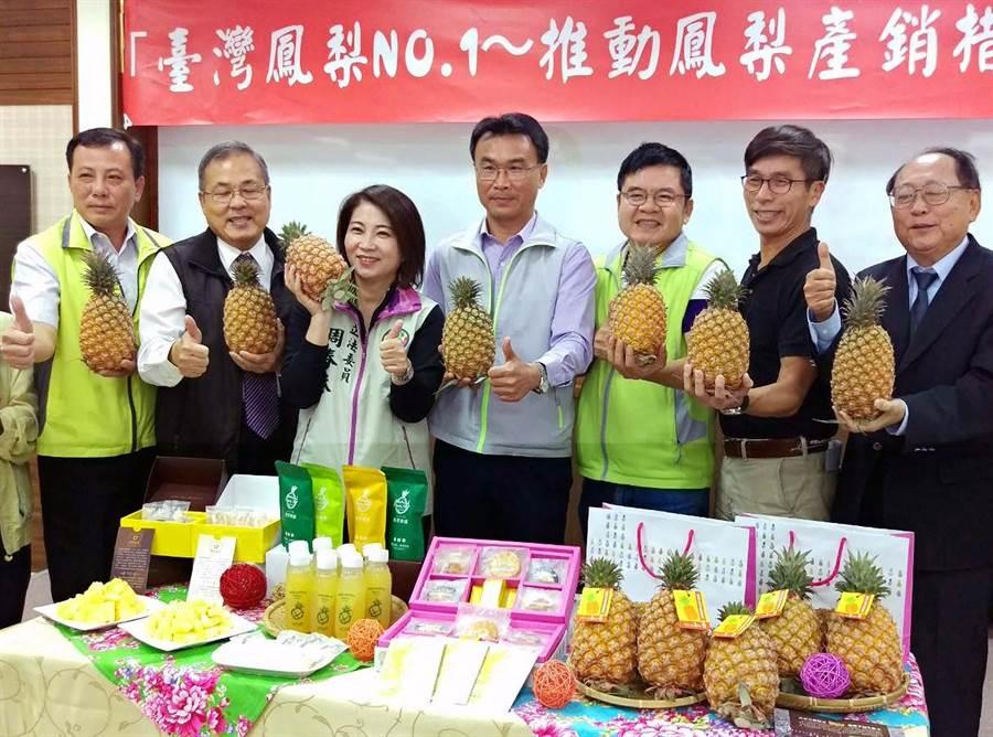 受新冠肺炎疫情影響,台灣鳳梨今年外銷量比去年同期減少26%,農委會主委陳吉仲(中)15日宣告採取多項產銷措施。(潘建志攝)