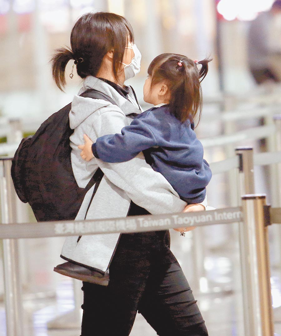 滯留湖北台人的兩岸包機協商卡關,有湖北台商指出,苦等不是辦法,現在有人尋找另個途徑,看是否能從目前僅剩開放兩岸航班的北京、上海、成都、廈門等4地返台。圖為外籍旅客14日帶著孩子在桃園機場準備通關入境。(范揚光攝)