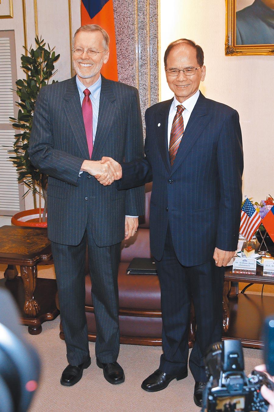美國在台協會(AIT)處長酈英傑(左)13日拜會立法院長游錫堃(右),游倡台美復交。(本報系資料照片)