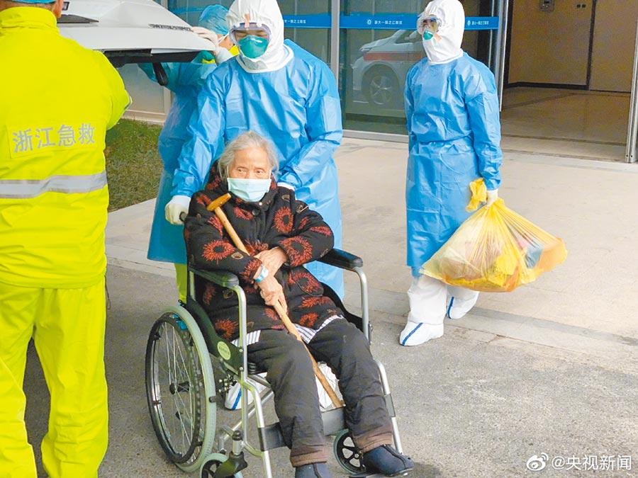 一位96歲高齡的新冠肺炎患者從浙大一院之江院區治癒出院,這是目前浙江最高齡的新冠肺炎患者。(取自新浪微博@央視新聞)