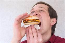 壽星吃埋地底一年漢堡 員工看傻眼