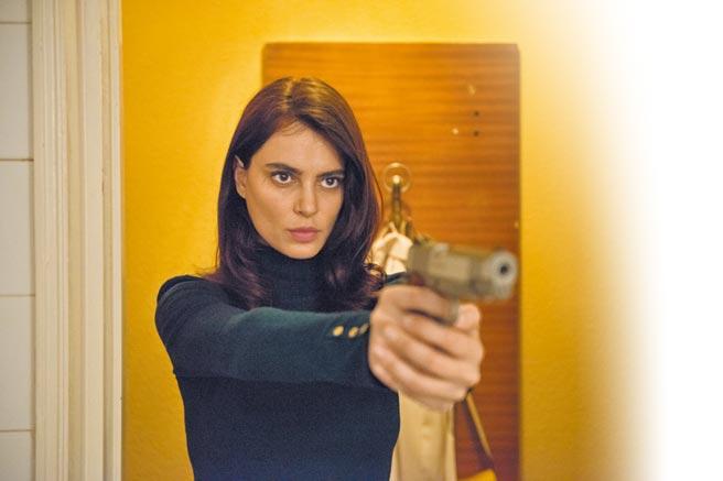 卡特琳娜馬龍在片中飾演遊走於黑白兩道之間的蛇蠍美人。(光年映畫提供)