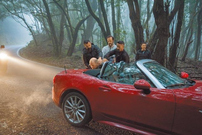 《吹哨奇案》用東歐冷幽默演繹出一場意外浪漫的諜戰大戲。(光年映畫提供)