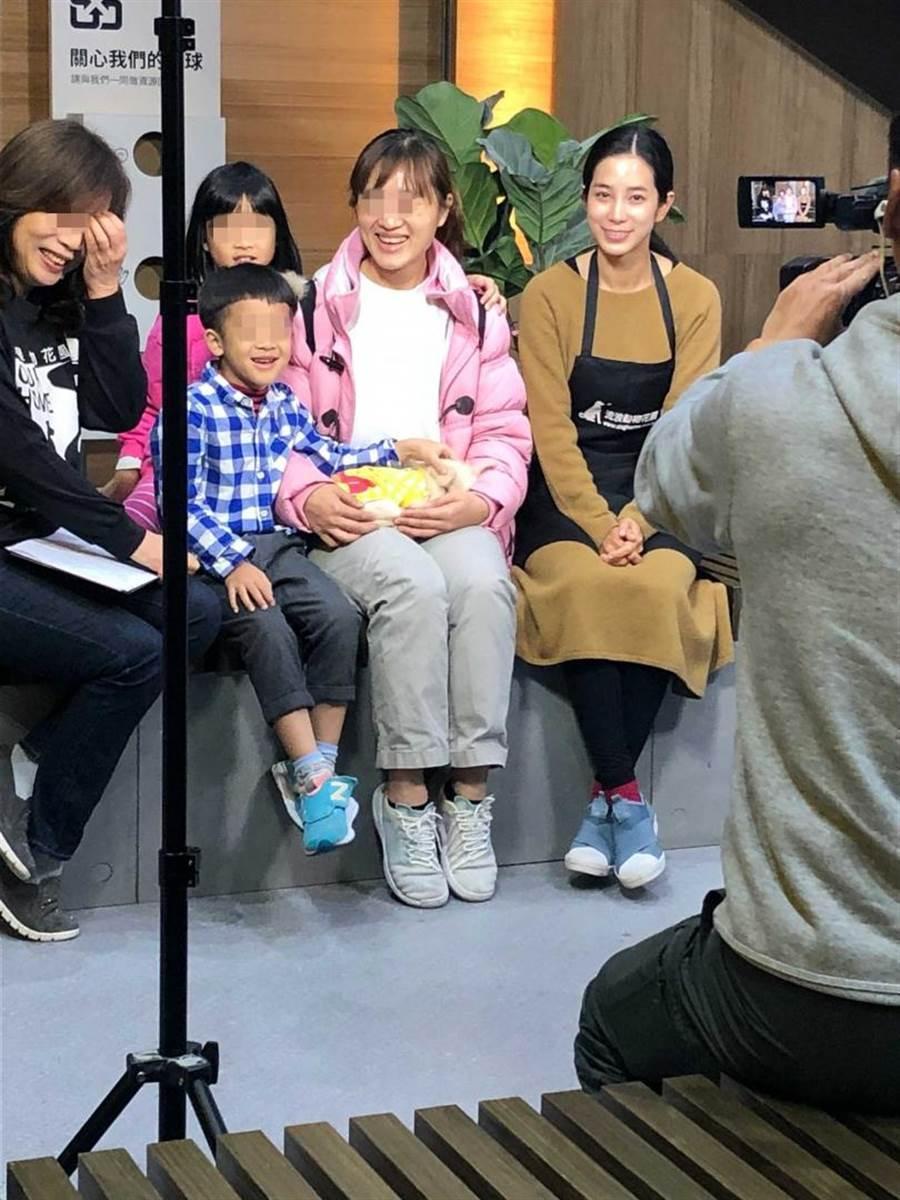 温貞菱日前在新店IKEA幫流浪動物花園協會拍攝影片。(圖/讀者提供)