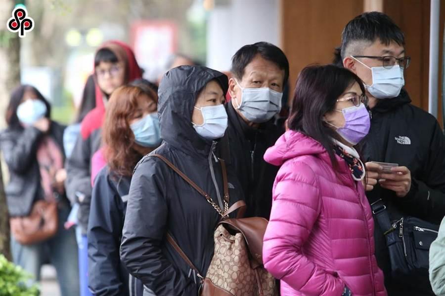今起凡在30天內曾出境至陸、港、澳、新、泰的國人,就醫或登記購買口罩時,都會跳出旅遊史警示供醫護人員參考。(本報資料照)