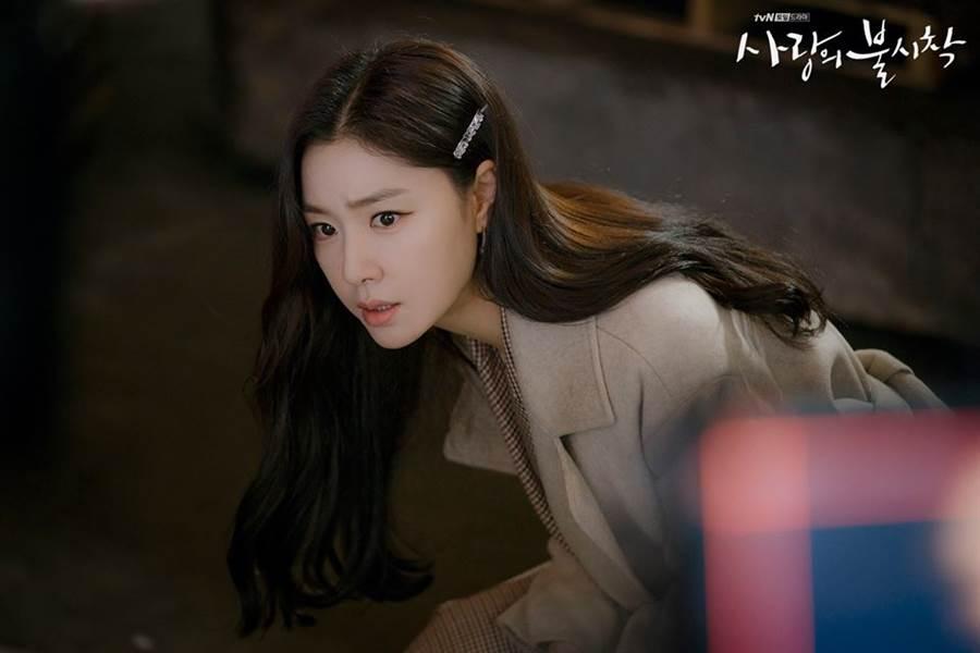 韓劇《愛的迫降》今(16)日將播出大結局,最新劇照曝光徐丹緊握具承俊的手哭了。(圖/翻攝自tvN臉書)