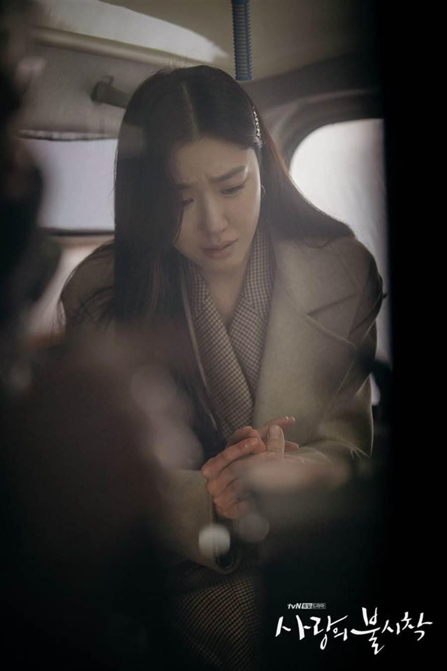 徐丹哭了緊握具承俊的手。(圖/翻攝自tvN)