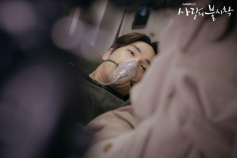 具承俊為了救徐丹中了槍傷,沒想到竟在救護車上就斷了氣。(圖/翻攝自tvN)