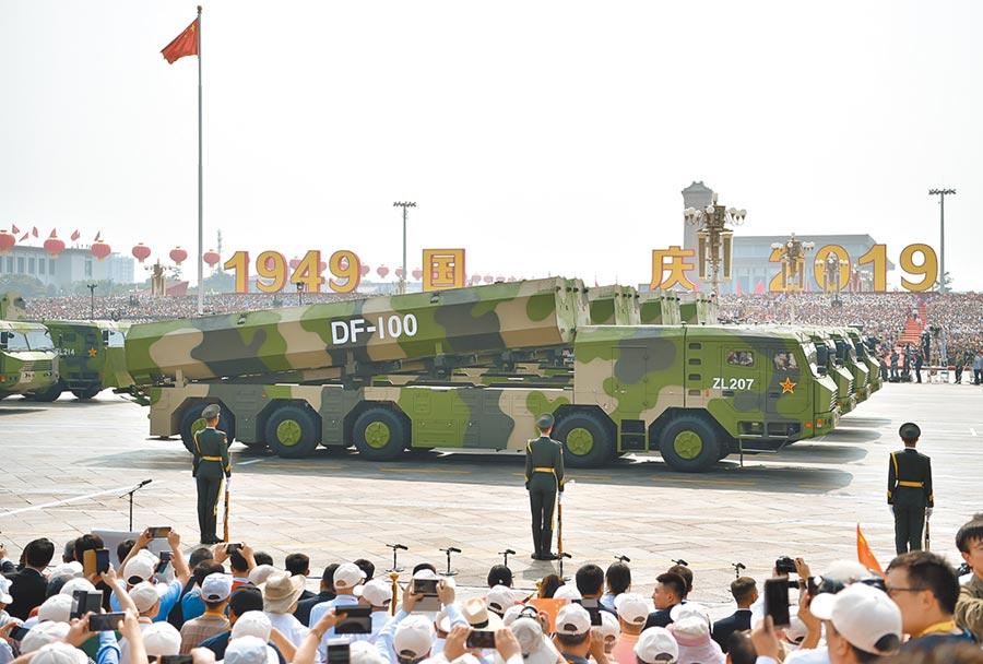 2019年10月1日,核常兼備長劍-100巡弋飛彈方隊現身大陸「十一」閱兵。(新華社)