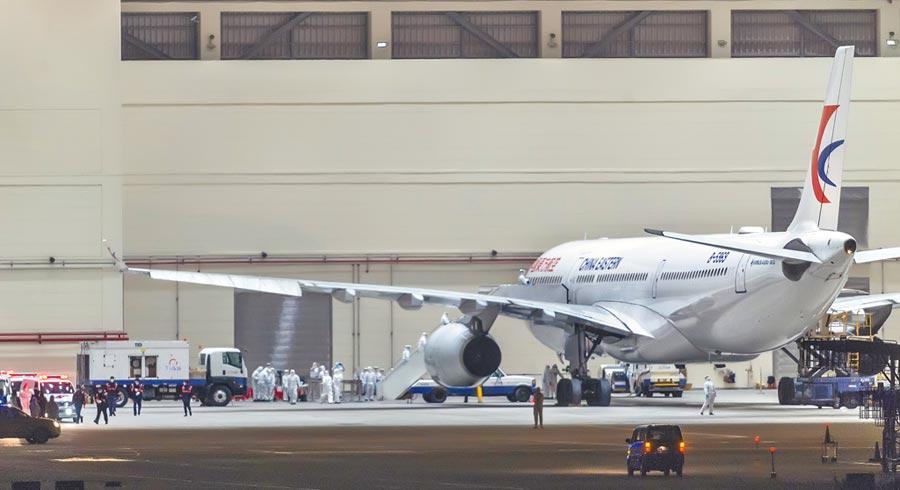 中國東方航空載送的台商首班武漢返台包機,3日深夜飛抵桃園機場。(本報系資料照片)