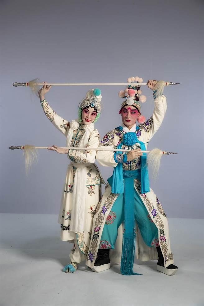 由一代京劇大師梅蘭芳演紅的京劇《虹霓關》,還有電影版本,其中的「對槍」男女對打戲,拉扯之間,更像是求愛之舞,老外也看得懂。(國光劇團提供)