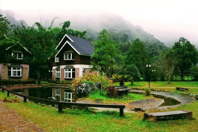 位在南投魚鄉的晶園休閒渡假村,園區風光明媚、花草盛開。