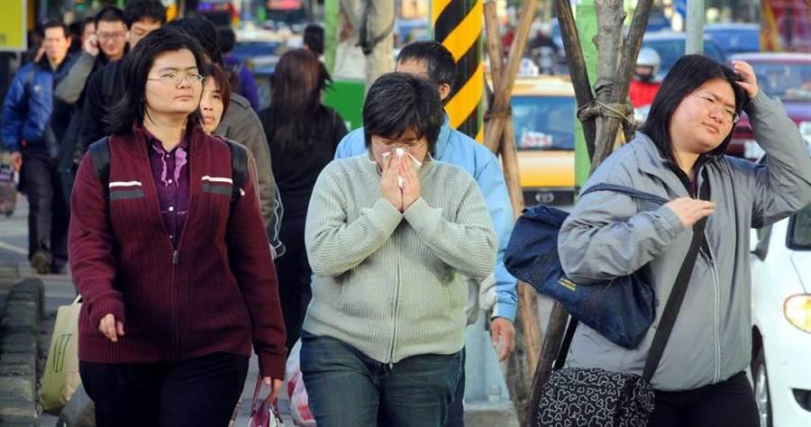 最近天氣溫差變化大,對老是「擤鼻涕」的鼻過敏患者來說是一大考驗。(圖/報系資料照片)