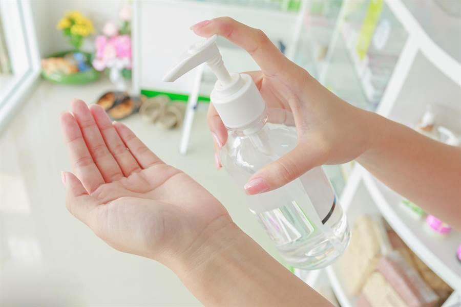 用舊瓶分裝消毒水恐暗藏危機!醫:礦泉水瓶最容易出事。(示意圖/達志影像)