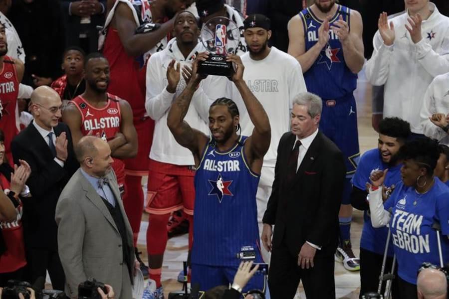 詹姆斯队在明星赛逆转击败阿提托康波队,攻下30分的里欧纳德获选布莱恩MVP奖。 (美联社)