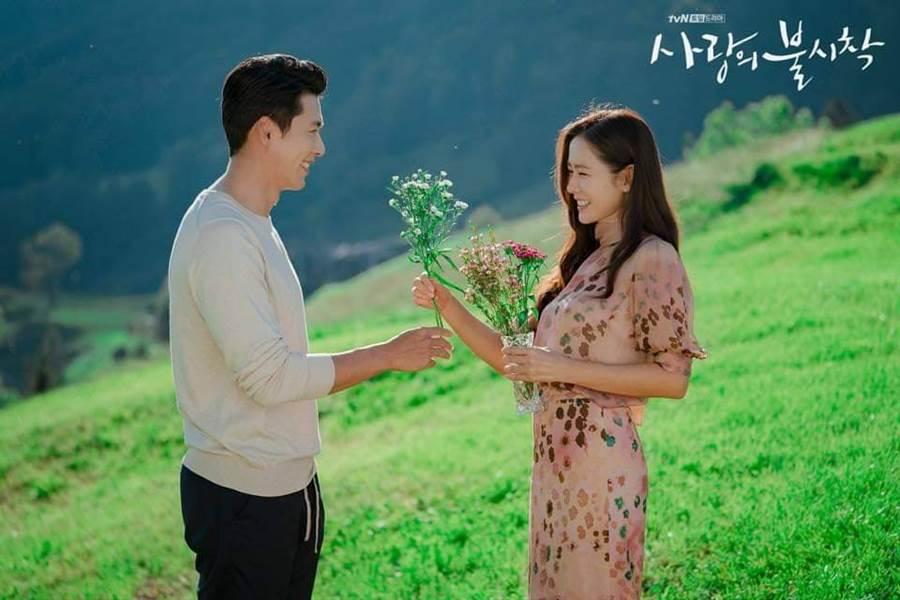 韓劇《愛的迫降》曝光新劇照,玄彬深情對看孫藝珍。(圖/翻攝自tvN)