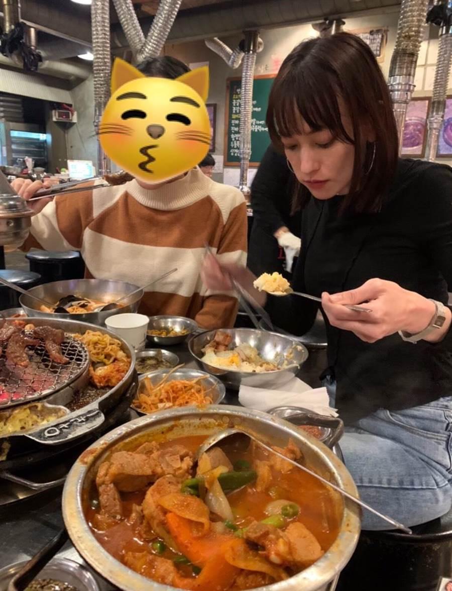 「滴辣不沾」的姚以緹,坦言自己很難勝任當地的特色料理,只能出白飯荷包蛋果腹。(瑞光家族提供)