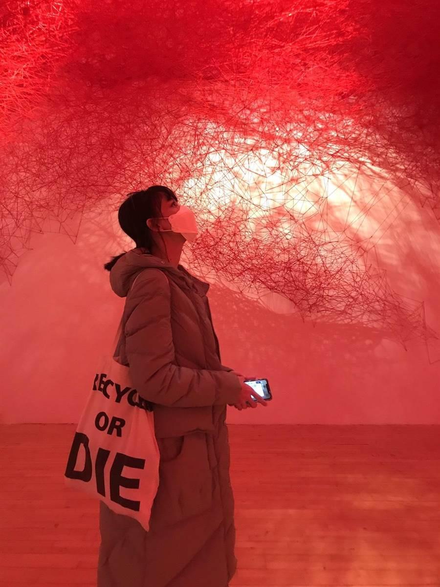 姚以緹驚喜參觀日本藝術家鹽田千春的巡迴展,成為整趟釜山之旅最愛的行程。(瑞光家族提供)