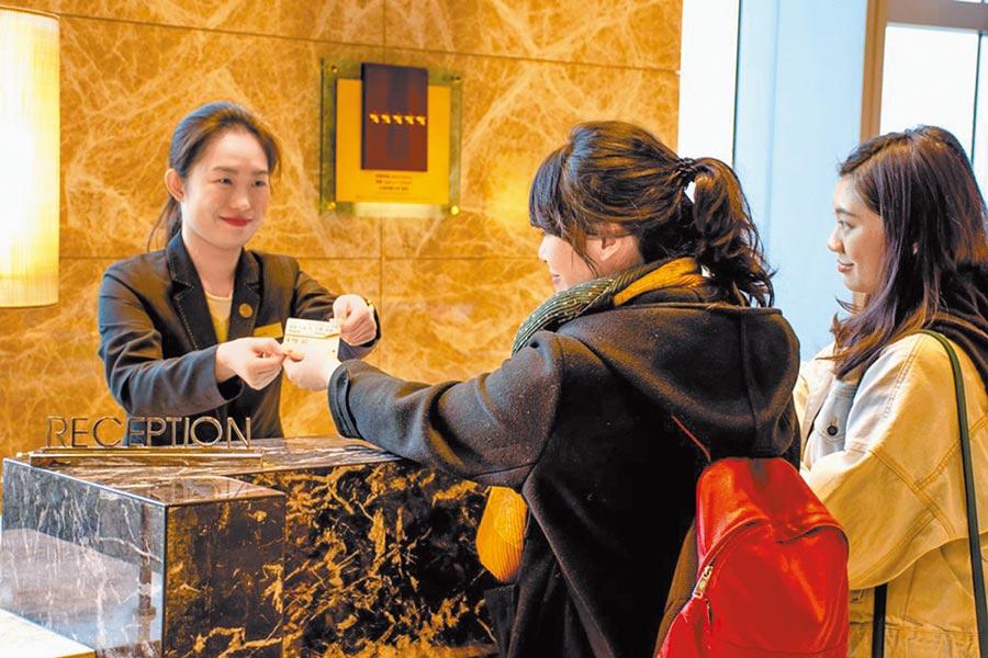 飯店業者衝刺國旅,祭出秀高鐵票就可以折抵房價優惠,入住六福萬怡不到3000元。(六福旅遊集團提供)
