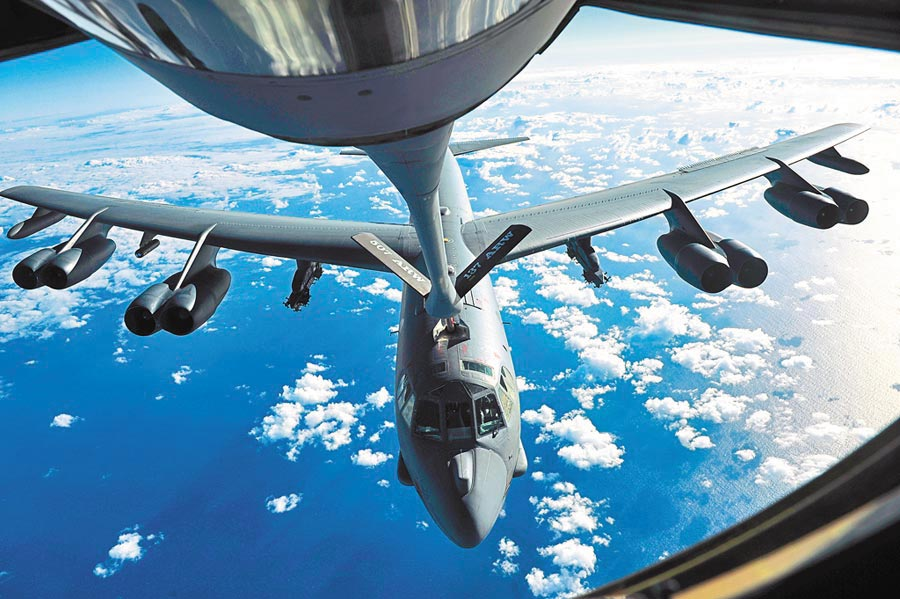 國防部證實美MC-130J軍機及B-52轟炸機沿台灣東部空域飛行,圖為美軍B-52轟炸機。(取自美國海軍官網)