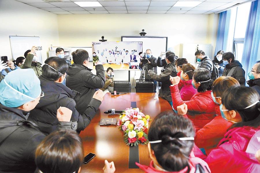 近日,北京武漢兩地醫護人員使用5G技術遠端會診,討論典型案例,總結治療經驗。(和冠欣攝)