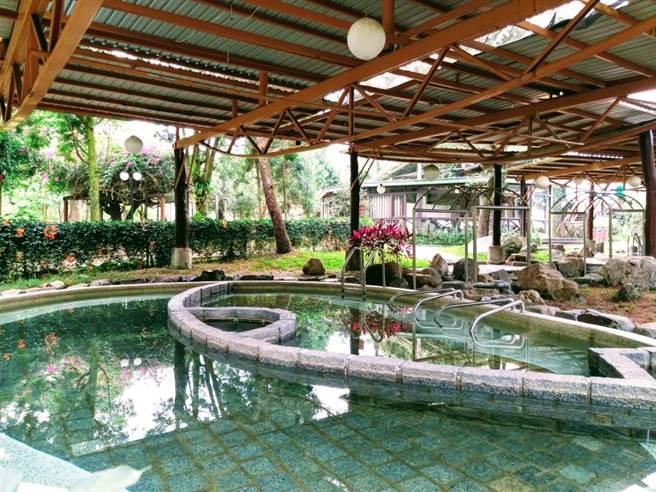 「晶園渡假村」8字型泳池,可恣意在這大展泳技,享受清涼。
