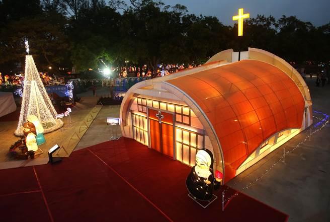 天主教會台中教區在台灣燈會后里森林園區的「好神宗教燈區」,以台中新地標、打卡新熱點的靜宜大學「主顧聖母堂」造型製作主燈。(靜宜大學提供/陳世宗台中傳真)