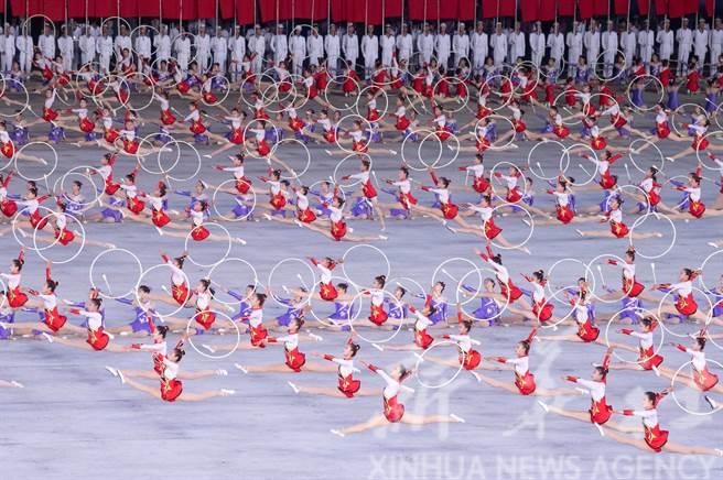 北韓今年仍將舉行大型團體操表演迎接8月的光復節和10月的建黨75週年紀念日。圖為大陸國家主席習近平和夫人彭麗媛去年6月在平壤五一體育場觀看的大型團體操和藝術演出。(新華社)