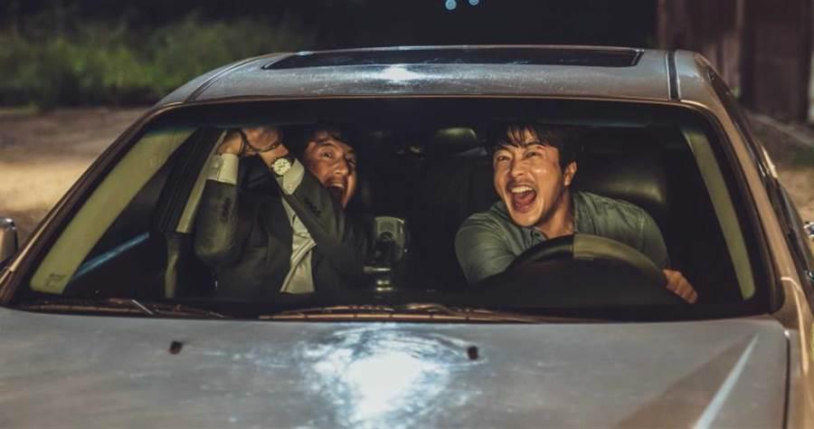 片中鄭俊鎬(左)飾演特務組織教官,將權相佑(右)打造成金牌特務。(圖/甲上娛樂提供)
