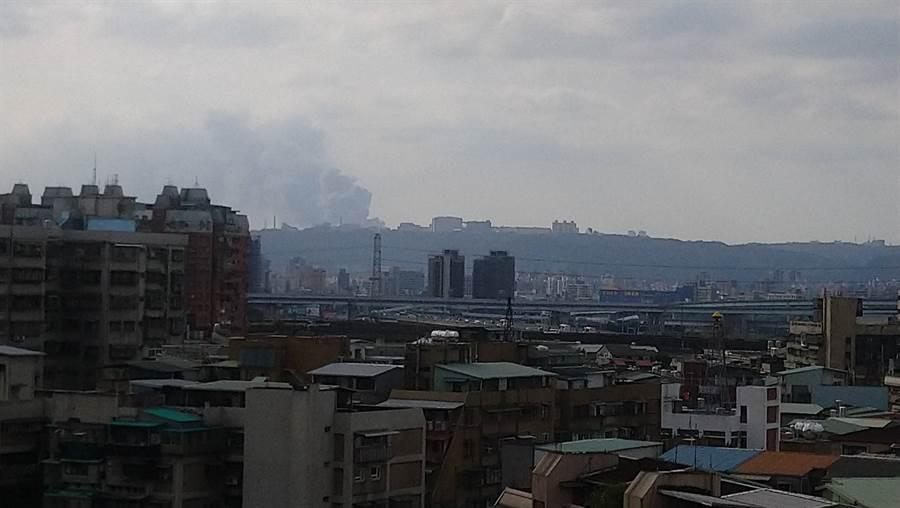 桃園龜山工廠火警,連台北市中心都看得到濃煙直衝天際的驚悚畫面。(圖/張國欽攝)
