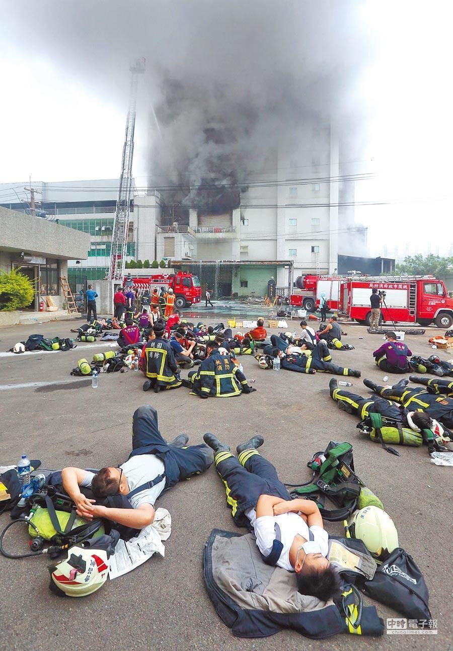 敬鵬工業公司平鎮廠2018年發生大火,造成6名消防人員死亡,桃園地檢署將公司負責人等起訴,案件仍在桃園地院審理中。(本報資料照片)