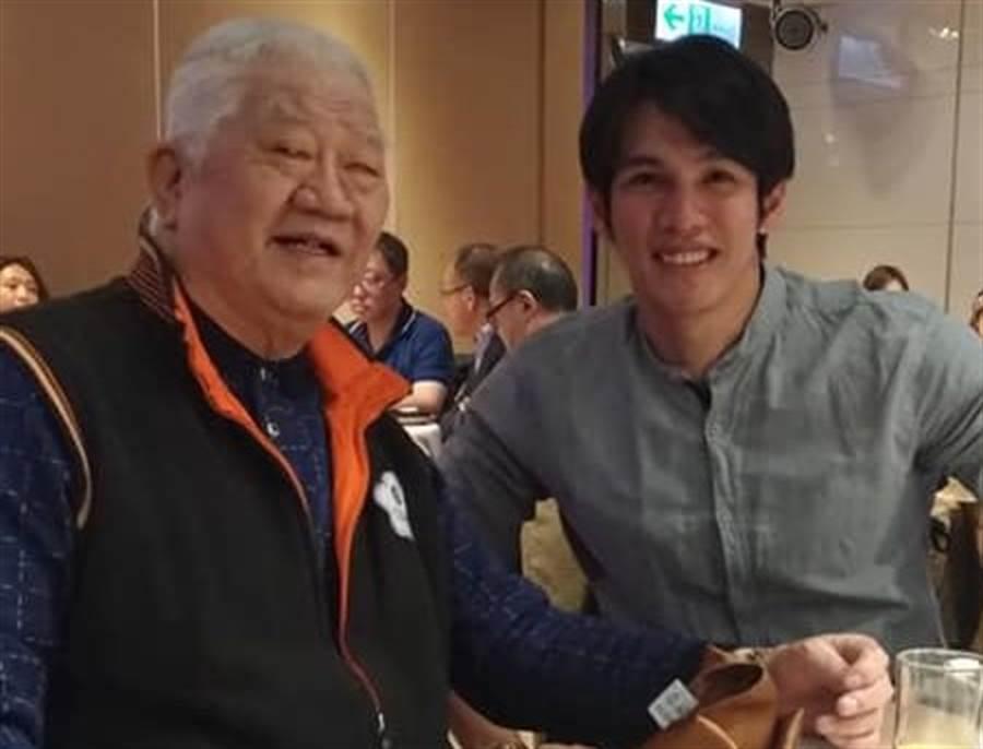 台灣知名資深體育記者張昭雄(左)近期與旅日球星陽岱鋼合影。(取自張昭雄臉書)