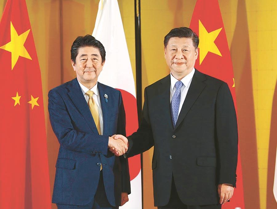 2019年6月27日,G20在日本大阪舉行,大陸國家主席習近平(右)在大阪會見日本首相安倍晉三(左)。(新華社)