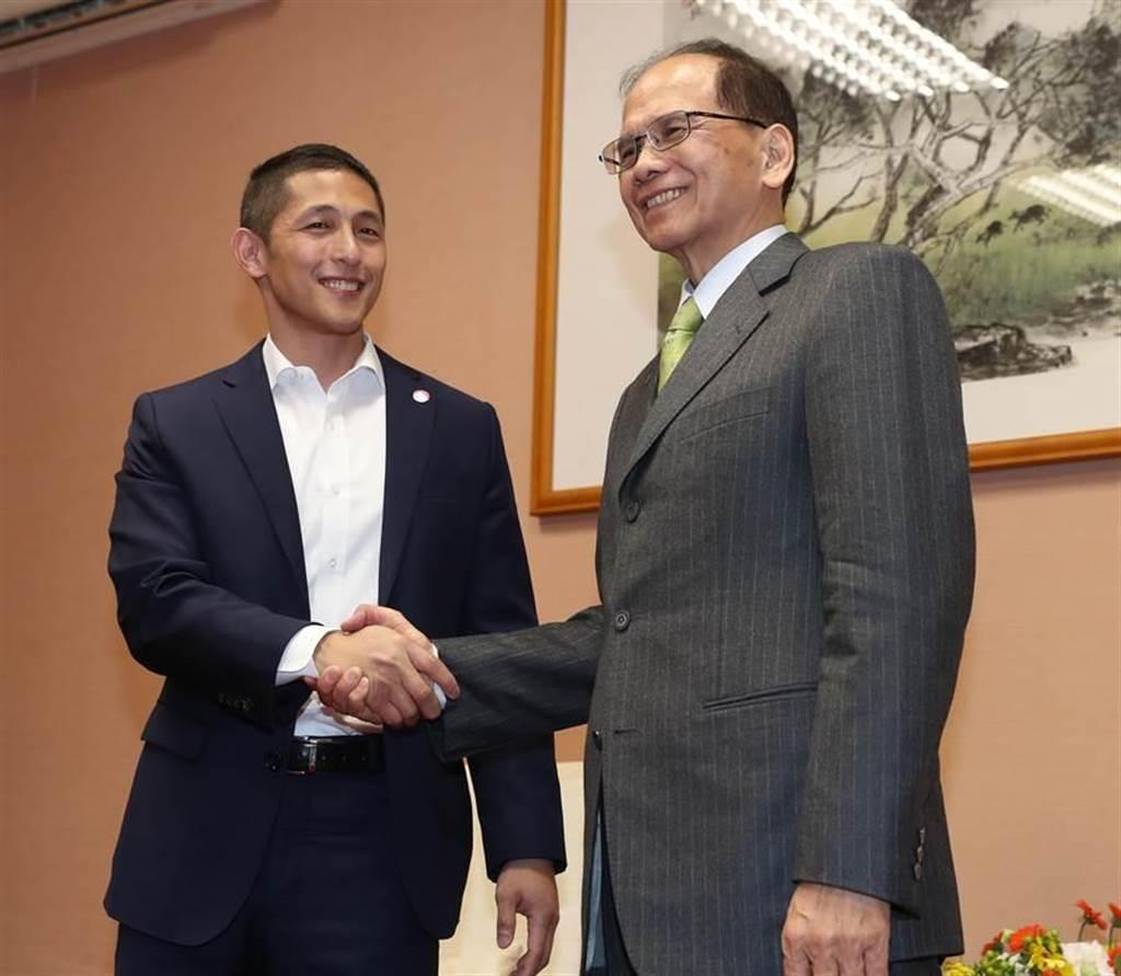 民進黨內新星吳怡農(左)19日赴立法院拜會院長游錫堃(右),感謝游錫在選舉期間對他的加油打氣。(劉宗龍攝)