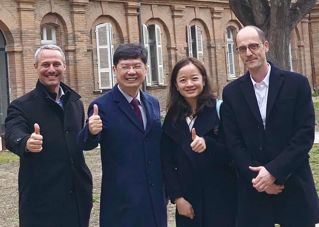 磁量生技總經理楊謝樂(左二)協同歐洲廠商,積極拓展歐洲阿茲海默症血液檢驗市場。圖/磁量生技提供