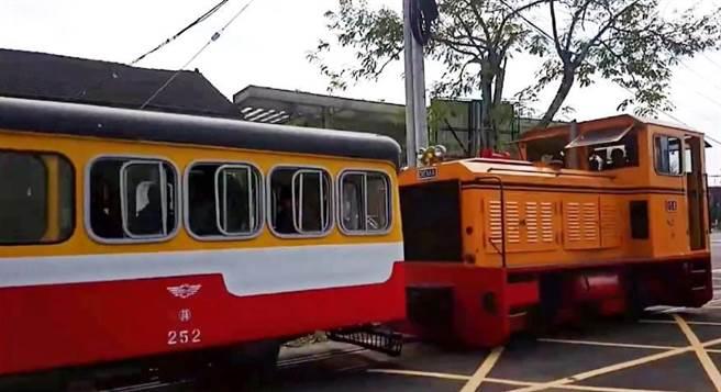 平時行駛的五分車之內燃機車頭及黃、紅、白的巡道車252號。(翻攝照片/張毓翎嘉義傳真)